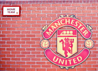 Manchester United Wappen am Stadion