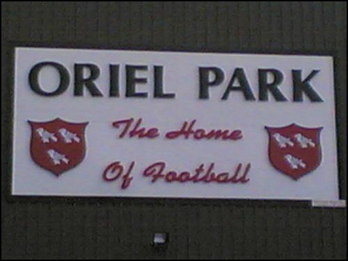 Oriel Park, Stadion FC Dundalk, Logo Eingang